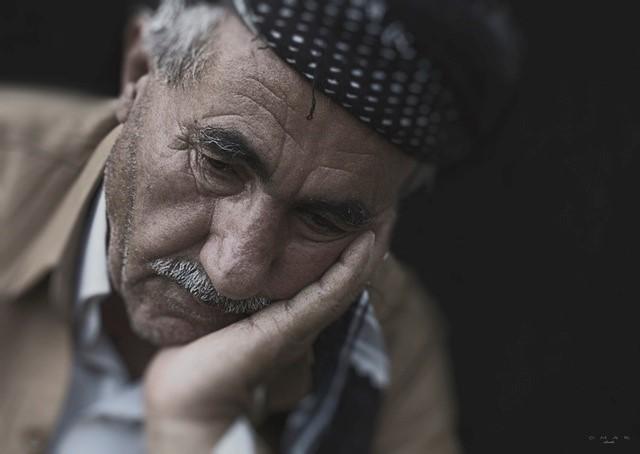 Billede af en ældre, trist mand